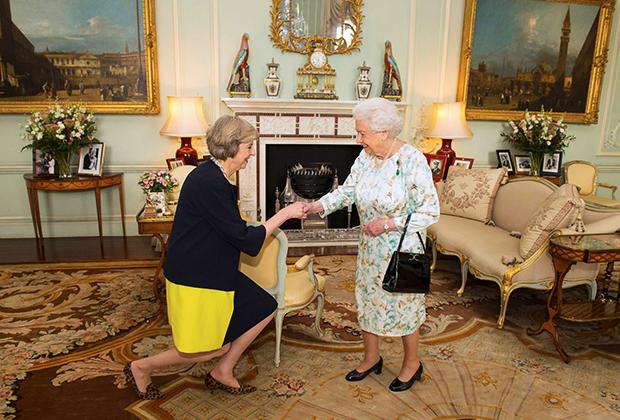 Королева Елизавета II приветствует Терезу Мэй на аудиенции в Букингемском дворце, где она предложила ей пост премьер-министра, Лондон, 13 июля 2016 года