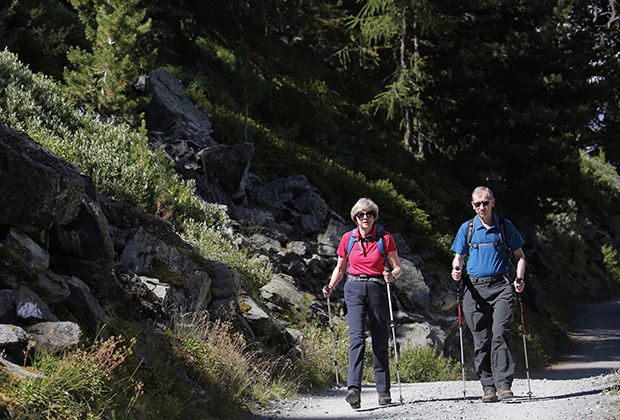 Тереза Мэй гуляет с супругом Филипом по лесу в Альпах, август 2016 года