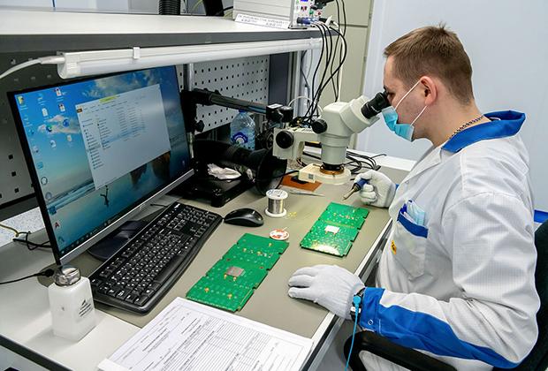 Специалист во время работы в технопарке «Модуль» в Москве