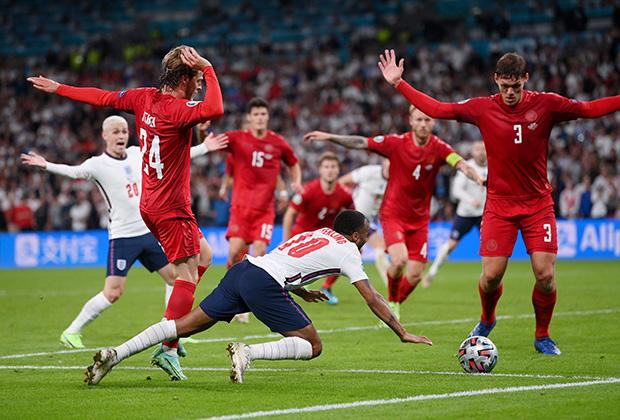 Момент с падением Рахима Стерлинга в матче Дания — Англия