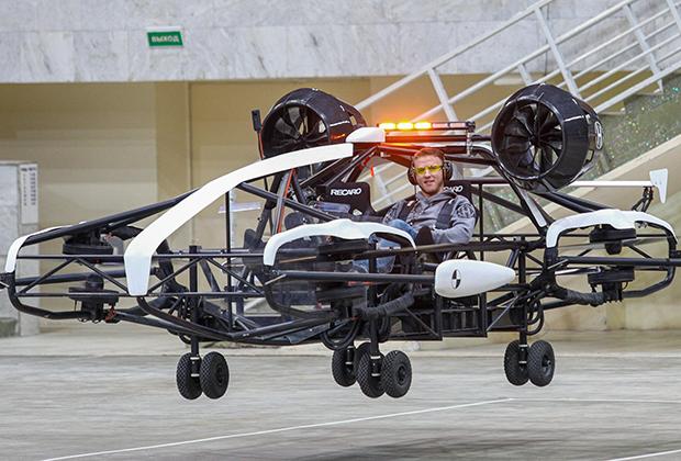 В Москве тестирование проходит прототип, разработанный стартапом «Ховер». Компания основана изобретателем и бизнесменом Александром Атамановым и является участником Московского инновационного кластера, а также резидентом инновационного центра «Сколково». Группа инженеров работает над беспилотным летательным аппаратом для городов с 2018 года.  Габариты летательного аппарата (5 м на 1,6 м) сопоставимы с размерами автомобиля. Он может взлетать на высоту 150 м и садиться на стандартное парковочное место, маневрировать на стоянке, заезжать в гараж и выезжать из него на улицу. Дрон рассчитан на двух пассажиров, максимальная грузоподъемность — 300 кг, а скорость — 200 км/ч. Как отмечают разработчики, благодаря компактным размерам, малошумному электродвигателю, пассажирским и грузовым качествам он отлично подойдет для эксплуатации именно в городской среде.