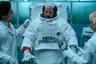 """Эпичная и неторопливая, словно передвигающийся по поверхности Луны астронавт, <a href=""""https://lenta.ru/articles/2021/04/12/forallmankind/"""" target=""""_blank"""">геополитическая драма</a> разворачивается в мире, где космическая гонка так и не закончилась — СССР первым высаживает человека на спутник Земли, а США изо всех сил пытаются обогнать конкурента, основав там первую постоянную базу. «Ради всего человечества» хоть зачастую и ударяется в необязательные фантазии на тему социополитических «если бы да кабы» и эксплуатирует избитые научно-фантастические клише, все же довольно емко объясняет, зачем государства вообще когда-либо стремились к покорению космоса. И дело тут не в высоких идеях о будущем цивилизации, научных открытиях и «маленьких и больших шагах», а в банальном — жажде власти, мощи и влияния (что прекрасно демонстрирует новая космическая гонка, разворачивающаяся прямо сейчас между американскими миллиардерами). Или, в более личностном плане, — в желании почувствовать себя значимым.  Премьера второго сезона сериала «Ради всего человечества» состоялась 19 февраля на Apple TV+"""