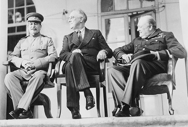 Иосиф Сталин, Франклин Рузвельт и Уинстон Черчилль на встрече в Тегеране (Иран) 7 декабря 1943 года