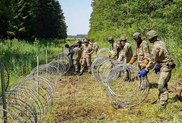 Литовские пограничники устанавливают ограждения