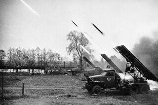 Залп батареи реактивных минометов БМ-13 «катюша» в Венгрии