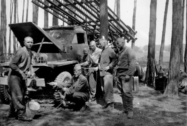 Красноармейцы обслуживают боевую машину