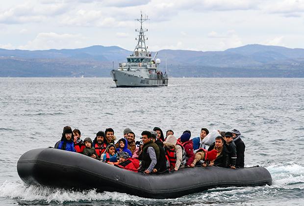 Беженцы из Турции прибывают на лодке в Грецию