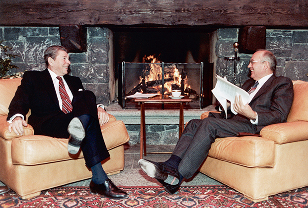 Рональд Рейган и Михаил Горбачев обмениваются шутками во время перерыва на Женевском саммите