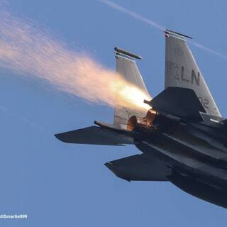 F-15E ВВС США заискрился: Оружие: Наука и техника: Lenta.ru