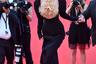Образ 24-летней супермодели Беллы Хадид в день премьеры фильма «Три этажа» стал одним из самых запоминающихся в Каннах. Манекенщица вышла на ковровую дорожку в черном облегающем платье с глубоким декольте из коллекции Haute Couture бренда Schiaparelli. Изюминкой наряда стало крупное золотистое колье в виде человеческих легких, которое прикрывало обнаженную грудь звезды.