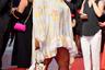 Французская актриса Дебора Люкумуэна вышла в свет в небесно-голубом платье с принтом в виде оранжевых лепестков, нижняя часть которого оформлена асимметрично — сзади платье достигает пола, а спереди — оголяет ноги.