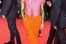 Британская актриса Тильда Суинтон привлекла внимание фотографов ярким нарядом в стиле колор-блок. Образ французской марки Haider Ackermann состоял из оранжевого платья с длинными рукавами, которые были усыпаны зелеными пайетками, и укороченного жакета в цвете фуксия.