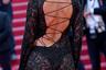 Тренд на полупрозрачные наряды не обошел стороной и одну из «ангелов» Victoria's SecretТейлор Хилл. Супермодель запечатлели в платье бренда Etro с открытой спиной, которое оформлено кружевной вышивкой из бисера и шнуровкой.