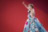 Американская актриса Шэрон Стоун примерила образ Золушки, надев на премьеру фильма «История моей жены» венгерского режиссера Ильдико Эньеди голубое пышное платье с открытыми плечами люксового бренда Dolce & Gabbana. Нежный наряд звезды украсили аппликации в виде цветков.