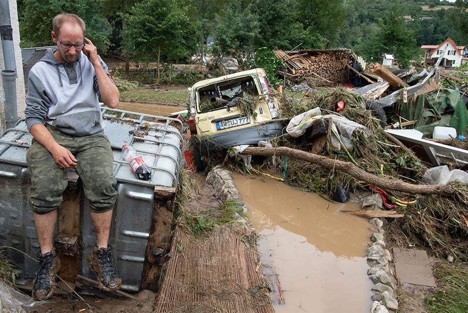 Пожарным просто не хватает рук и оборудования, чтобы откачать воду из затопленных подвалов. В ночь, когда обрушилась стихия, местные жители сами бросились спасать свое ценное имущество. Многие дома до сих пор остаются подтопленными.  <br></br> «Мы знали об опасности, но никогда не видели ничего подобного, — рассказала учительница Ортруд Мейер из немецкого городка Майен. — Моему свекру почти 80 лет, он родом из Майена и говорит, что никогда не сталкивался ни с чем подобным».