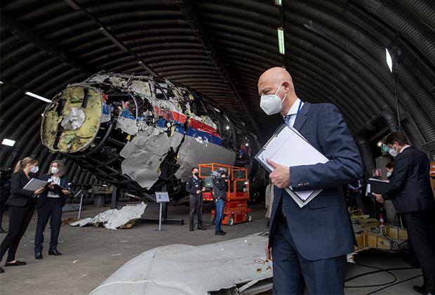 Судья Хендрик Стейнхаус осматривает реконструированные обломки рейса MH17