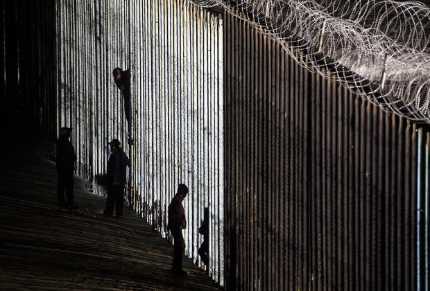 Стена, установленная властями США на границе с Мексикой
