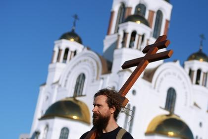 В Екатеринбурге верующие отправились по маршруту несогласованного крестного хода: Общество: Россия: Lenta.ru