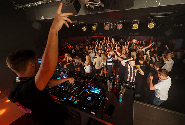 Ночной клуб Pryzm в Бирмингеме после снятия ограничений, 19 июля 2021