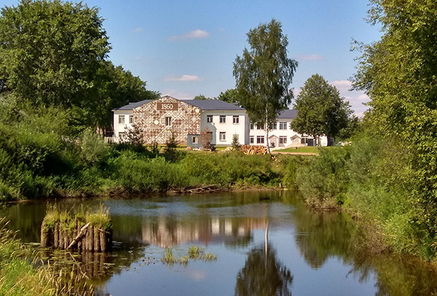 Вид на здание фабрики с реки Холовой