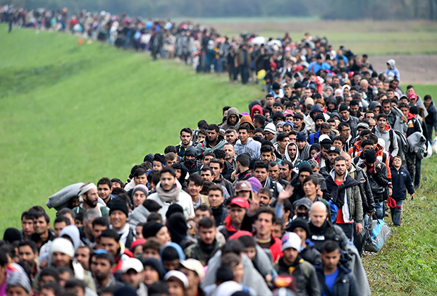 Мигранты в сопровождении полиции пересекают хорватско-словенскую границу