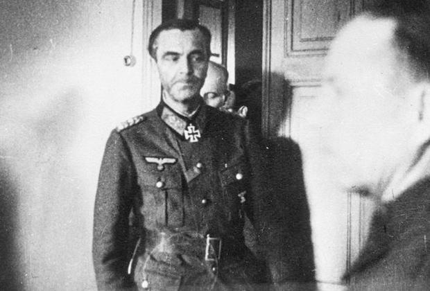 Фельдмаршал Фридрих Паулюс сдается советским солдатам в штабе 64-й армии. 31 января 1943 года