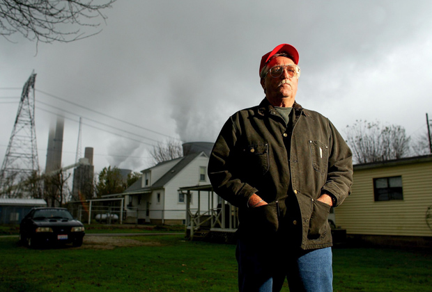 Местный житель Джим Райф (Jim Rife) на фоне труб электростанций