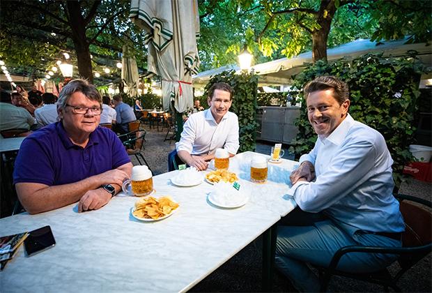 Курц обсуждает с коллегами экономическую ситуацию в Австрии во время пандемии коронавируса за бокалом пива