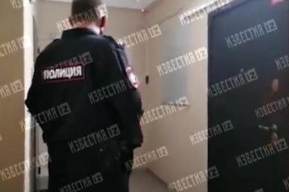 Россиянка тайком передала доставщику роллов записку с просьбой о помощи