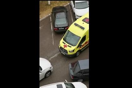 Россиянин на BMW преградил путь водителю скорой помощи и попал на видео