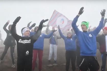 Камчатские школьники провели танцевальный флешмоб на вершине вулкана