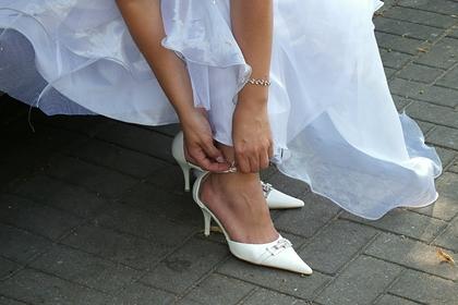 Девушка надела белое платье на свадьбу слепой сестры и была обругана в сети