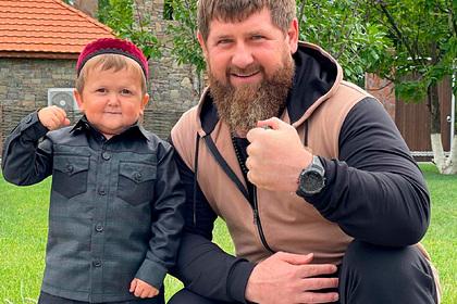 Кадыров вступился за блогера-карлика Хасбика и подарил ему Mercedes