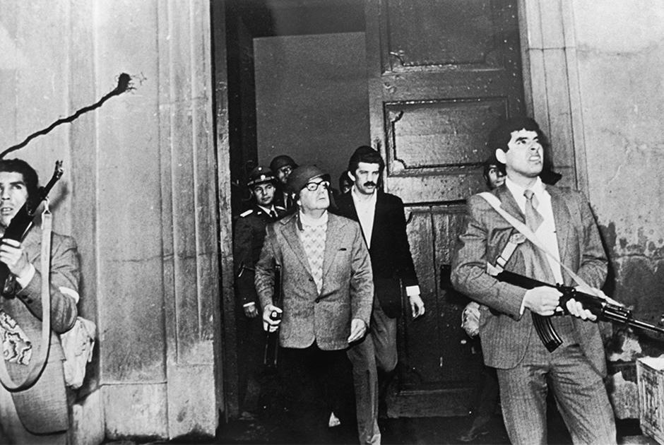 Смерть президента Чили Сальвадора Альенде стала финальным аккордом государственного переворота, охватившего страну в 1973 году. Избранный тремя годами ранее, он стал первым законным президентом-марксистом на континенте. Как и в случае с аль-Талем, Альенде погубила его политика: ею были недовольны как иностранные компании, так и состоятельные чилийцы.  Проблемы, охватившие Чили, росли как снежный ком, и в марте 1973 года пропрезидентская коалиция лишилась поддержки конгресса. Вскоре к борьбе с неугодным политиком подключились военные, которые 11 сентября устроили мятеж; возглавил его начальник Генштаба Аугусто Пиночет. Трагедии можно было избежать: президенту предложили мирно уйти в отставку, но он отказался.   Когда путчисты ворвались в президентский дворец, президент приказал соратникам оставить оружие. Он застрелился из автомата, подаренного Фиделем Кастро. Обнаружив мертвого президента, военные все равно расстреляли его тело. Альенде — единственный лидер, который призвал население не приносить себя в жертву ради него. Он обратился к чилийцам из осажденного дворца и заявил, что не собирается уходить в отставку: «На этом перекрестке истории я готов заплатить жизнью за доверие народа».