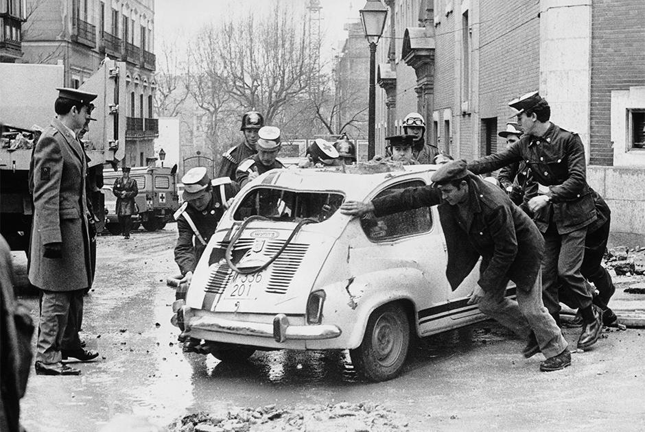 20 декабря 1973 года был убит премьер Испании Луис Карреро Бланко — правая рука диктатора Франсиско Франко. Карреро погиб в результате взрыва в самом центре Мадрида: преступники подложили бомбу в его лимузин. Ответственность на себя взяла сепаратистская организация ЭТА («Страна басков и свобода»). Хотя убийцы нашлись сразу, в Испании все еще не уверены в том, как было организовано убийство.   Такие покушения были не в стиле баскских боевиков: они обычно атаковали не крупных политиков, а полицейских и военных, действовали мелкими группами и убивали быстро, например, выстрелом в затылок. Но 20 декабря 1973-го все было иначе: в тот день в Мадрид приехали более 30 человек. Убийцы действовали неосторожно, даже не пытаясь прятаться от полиции, хотя в стране постоянно проходили обыски. Еще более подозрительно то, как быстро террористы скрылись после убийства — их так и не поймали.   Спустя 30 лет Мадрид все же рассекретил документы, которые внесли некоторую ясность: идея убить Бланко принадлежала не бойцам ЭТА, ее подсказали некие «внешние силы», чьи представители встречались с баскскими командирами незадолго до покушения. Впрочем, у следователей до сих пор нет предположений о том, кто мог заказать правую руку Франко.