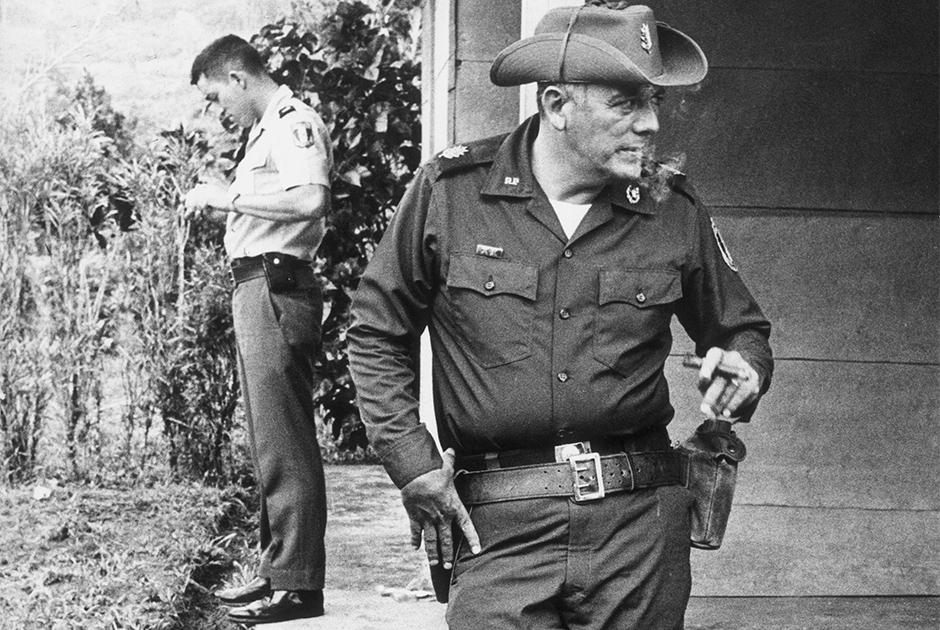 """31 июля 1981 года в авиакатастрофе погиб фактический руководитель Панамы, главнокомандующий вооруженными силами страны Омар Торрихос. Хотя местные власти заявили, что крушение произошло из-за ошибки пилотов, им мало кто поверил. Обстоятельства катастрофы странным образом совпали с обстоятельствами гибели президента Эквадора Хайме Рольдоса Агилеры: он тоже погиб в авиакатастрофе двумя месяцами ранее. В обоих случаях следствие выступало с противоречивыми заключениями, а документы с результатами расследования по делу Торрихоса и вовсе пропали.     Нехватка информации только подпитывала подозрения в том, что это спланированное убийство. Семья и соратники политика обвинили ЦРУ: якобы власти США неоднократно пытались организовать покушение на Торрихоса. По некоторым данным, сразу после гибели политика в районе авиакатастрофы заметили военный самолет США. Знакомые погибшего рассказывали, что его смерть — это следствие <a href=""""https://lenta.ru/articles/2021/07/06/canal_strait/"""" target=""""_blank"""">ухудшения отношений</a> с Белым домом из-за Панамского канала.   США заведовали территорией канала, это долго не устраивало местные власти. В 1970-х годах Торрихос подписал Договор о постоянном нейтралитете, согласно которому права на канал возвращались панамцам. Считается, что этим он фактически объявил США войну: независимость страны могла помешать экономической экспансии американцев."""
