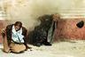 Президента, генерального секретаря Коммунистической партии Румынии Николае Чаушеску и его жену Елену убили их соотечественники 25 декабря 1989 года. За 24 года правления Чаушеску скопил уйму предметов роскоши, в то время как румыны получали еду по карточкам и ходили в пустые магазины: в стране постоянно возникали перебои с едой, топливом и электричеством, у населения не было денег на еду и лекарства. Николае, когда-то считавшийся самым большим либералом среди лидеров социалистических стран, не только развалил страну, но и фактически приблизил свою кончину.   Поводом для убийства стали протесты, вспыхнувшие в городке Тимишоара в 1989 году из-за ареста местного священника. Постепенно недовольство охватило всю страну. Войскам не удалось подавить демонстрации — напротив, военные предпочли присоединиться к народу.   Николае и Елену поймали при попытке бежать из Румынии. Военный трибунал обвинил президента в геноциде, повлекшем 60 тысяч человеческих жертв, подрыве национальной экономики и попытке бегства. После казни правителя ведущий одного из румынских телеканалов заявил, что «Антихрист был убит в Рождество».