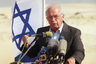 4 ноября 1995 года премьер-министра Израиля Ицхака Рабина застрелили на площади Царей Израиля в Тель-Авиве. Это произошло после его выступления на крупном митинге «Да — миру, нет — насилию», который проводили в поддержку мирного соглашения между израильтянами и палестинцами. Преступник напал на политика, когда тот шел к своей машине: Рабин получил две пули и умер через 40 минут.   Согласно заключению врачей, премьер скончался от выстрелов в грудь, хотя свидетели происшествия утверждали, что Рабину стреляли в спину. Эти странности стали благодатной почвой для теорий заговора: согласно одной из них, Рабина заказали израильские спецслужбы. Однако в этой версии не хватало доводов, к тому же убийца, член подпольной «Еврейской боевой организации» Игаль Амир признался в содеянном. Позже он объяснил, что всего лишь хотел «защитить народ Израиля» от последствий мирного соглашения с палестинцами, подписанного двумя месяцами ранее.   На похороны Рабина прилетели главы многих государств, в том числе президент США Билл Клинтон, президент Египта Хосни Мубарак и король Иордании Хусейн ибн Талал. Имя Ицхака Рабина присвоено площади, где он был убит, а также крупнейшей военной базе в Тель-Авиве и десяткам других учреждений, улиц и площадей по всей стране.