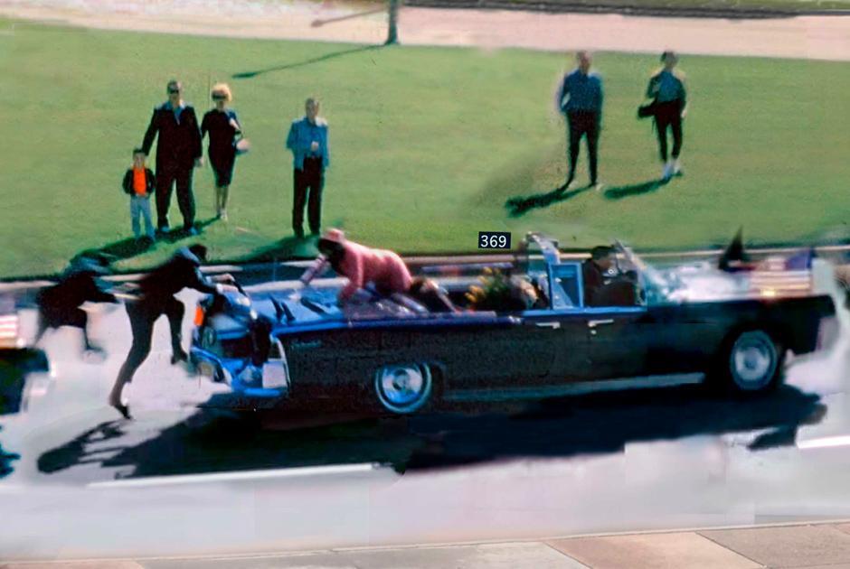 """22 ноября 1963 года в Далласе (штат Техас) случилось событие, потрясшее весь мир: президента США Джона Кеннеди убили прямо в его кортеже. Его визит должен был ознаменовать начало новой избирательной кампании. Чтобы люди могли увидеть своего президента, чета Кеннеди выбрала открытый автомобиль. Он шел четвертым в кортеже.   В 12:30 раздались выстрелы — большинство свидетелей утверждает, что их было три. Первая пуля снайпера попала в спину Кеннеди, вторая — в голову. Салон и все спутники президента были забрызганы фрагментами мозга. Политика доставили в ближайший госпиталь, но усилия врачей были тщетны: смерть наступила в 13:00.   Предполагаемого убийцу, 24-летнего Ли Харви Освальда, арестовали через полтора часа. Позже следствие заключит, что он действовал в одиночку и хотел таким образом прославиться. Освальд так и не предстал перед судом: спустя два дня после убийства Кеннеди преступника застрелил владелец ночного клуба Джек Руби. Это породило массу конспирологических теорий о вмешательстве американских, советских или кубинских спецслужб. Им все еще <a href=""""https://www.statista.com/chart/11622/most-americans-believe-jfk-conspiracy-theories/"""" target=""""_blank"""">верит</a> большая часть граждан США."""