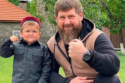 Кадыров показал блогера-карлика Хасбика со штангой