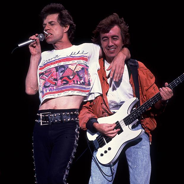 Участники группы The Rolling Stones Мик Джаггер и Билл Уаймен на концерте в 1989 году