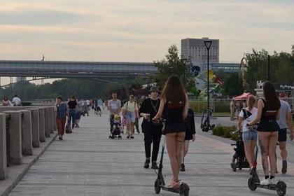 Россиянка возмутилась внешним видом девушек в оголяющих ягодицы юбках на улице