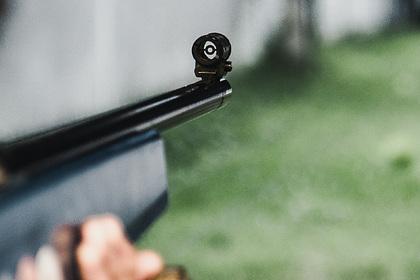 Россиянин открыл стрельбу из окна квартиры по школьникам