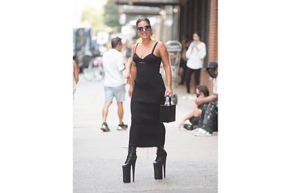 Леди Гага вышла на улицу в туфлях на платформе и 30-сантиметровых каблуках