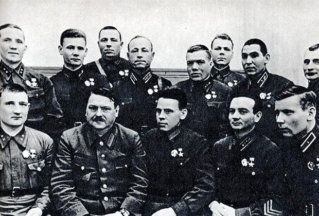 Член Политбюро ЦК ВКП (б) Андрей Жданов с группой Героев Советского Союза, 1940 год