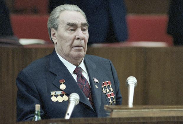 Леонид Брежнев во всем сиянии наград