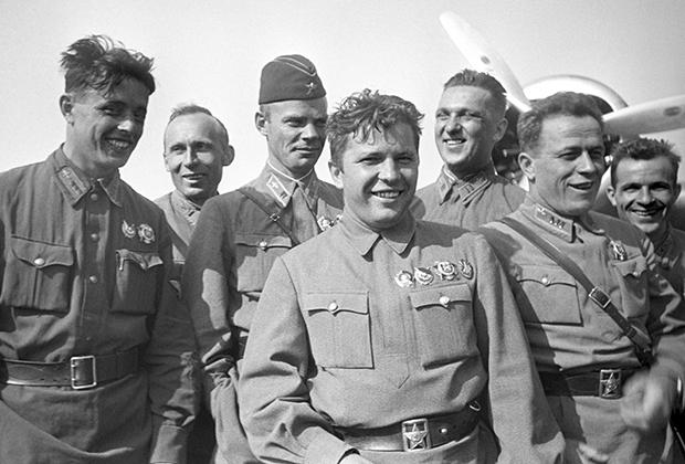 Сергей Грицевец (третий слева) и Григорий Кравченко (в центре)