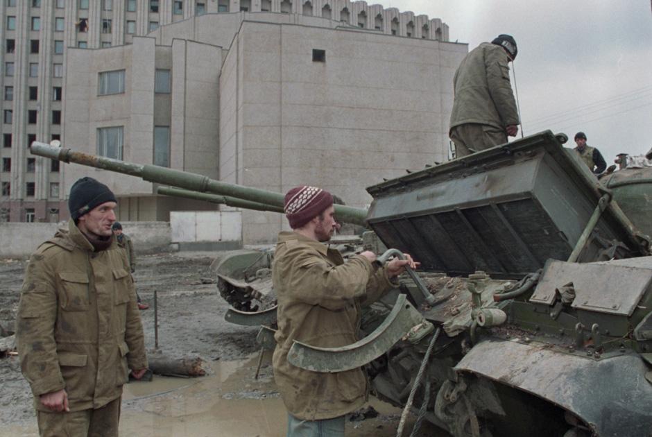 5 декабря 1994 г. Пленные российские военнослужащие во время ремонта боевой техники в Грозном.