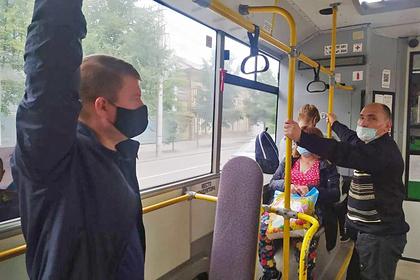 Российский мэр проехал на автобусе и отчитал кондуктора за маску