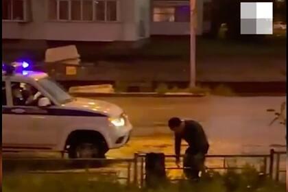Полицейские приковали россиянина к забору и оставили до приезда скорой помощи